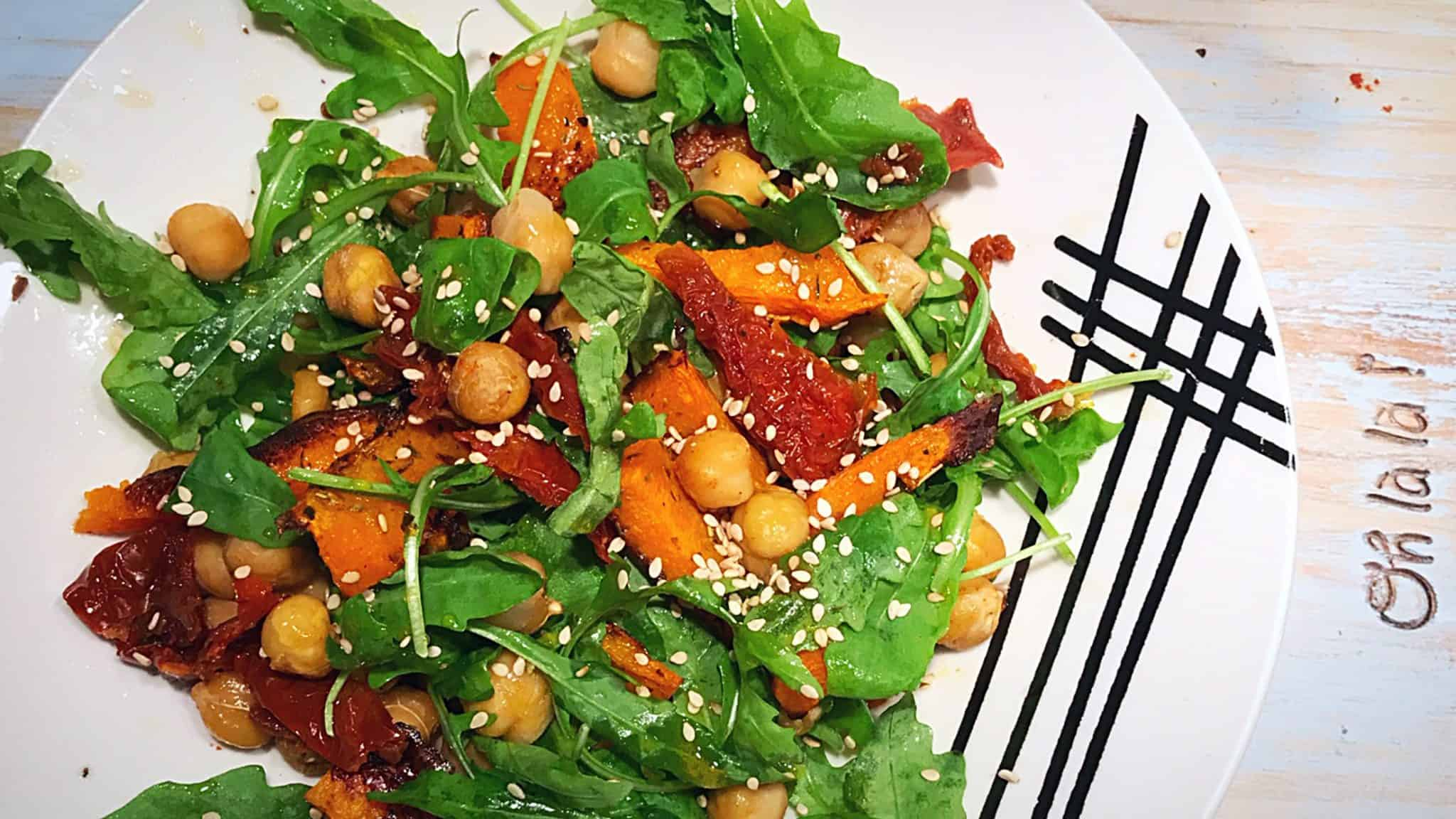 Salada de outono com grão e abóbora assada