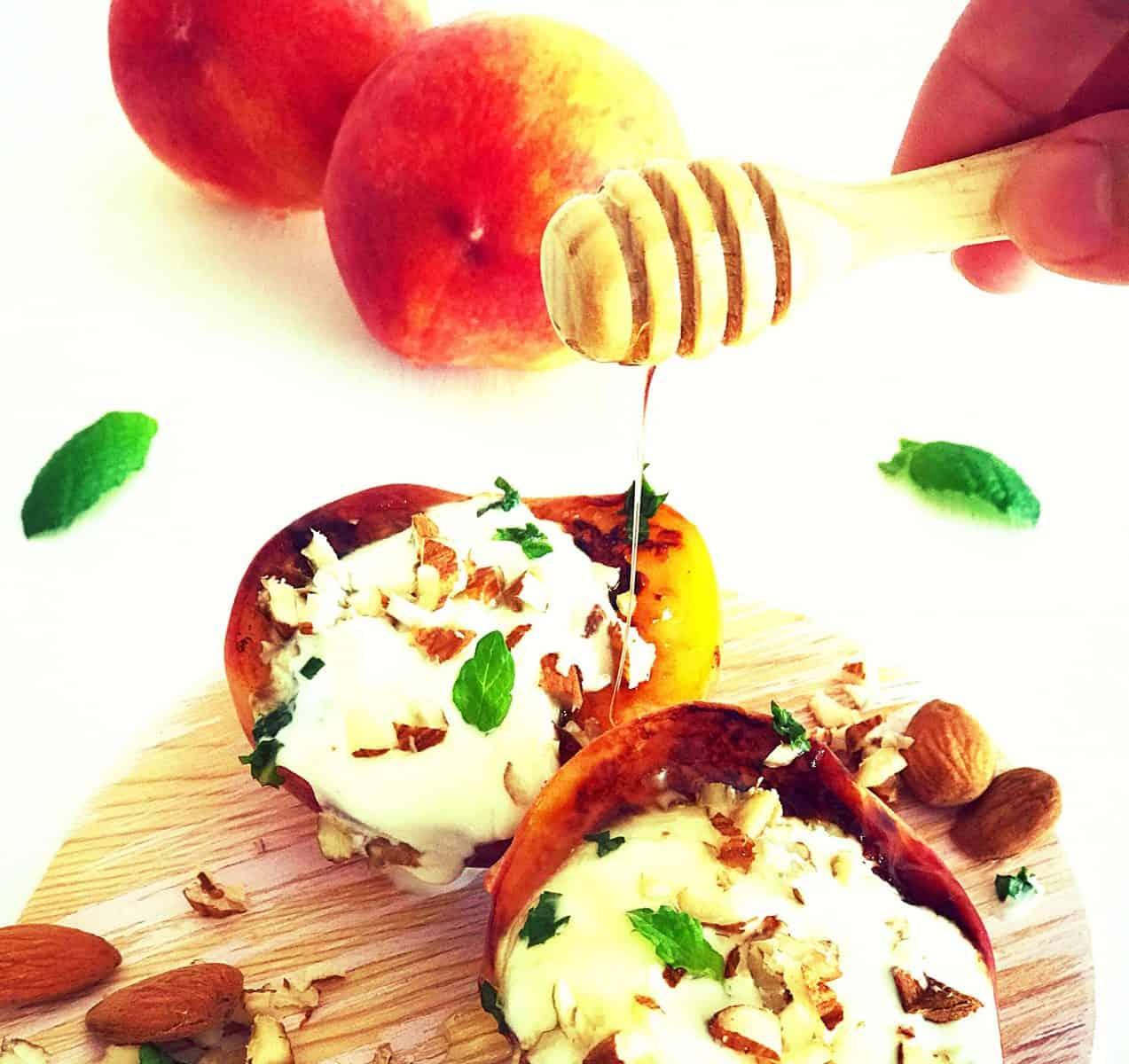 Pêssegos grelhados com iogurte, amêndoas e hortelã