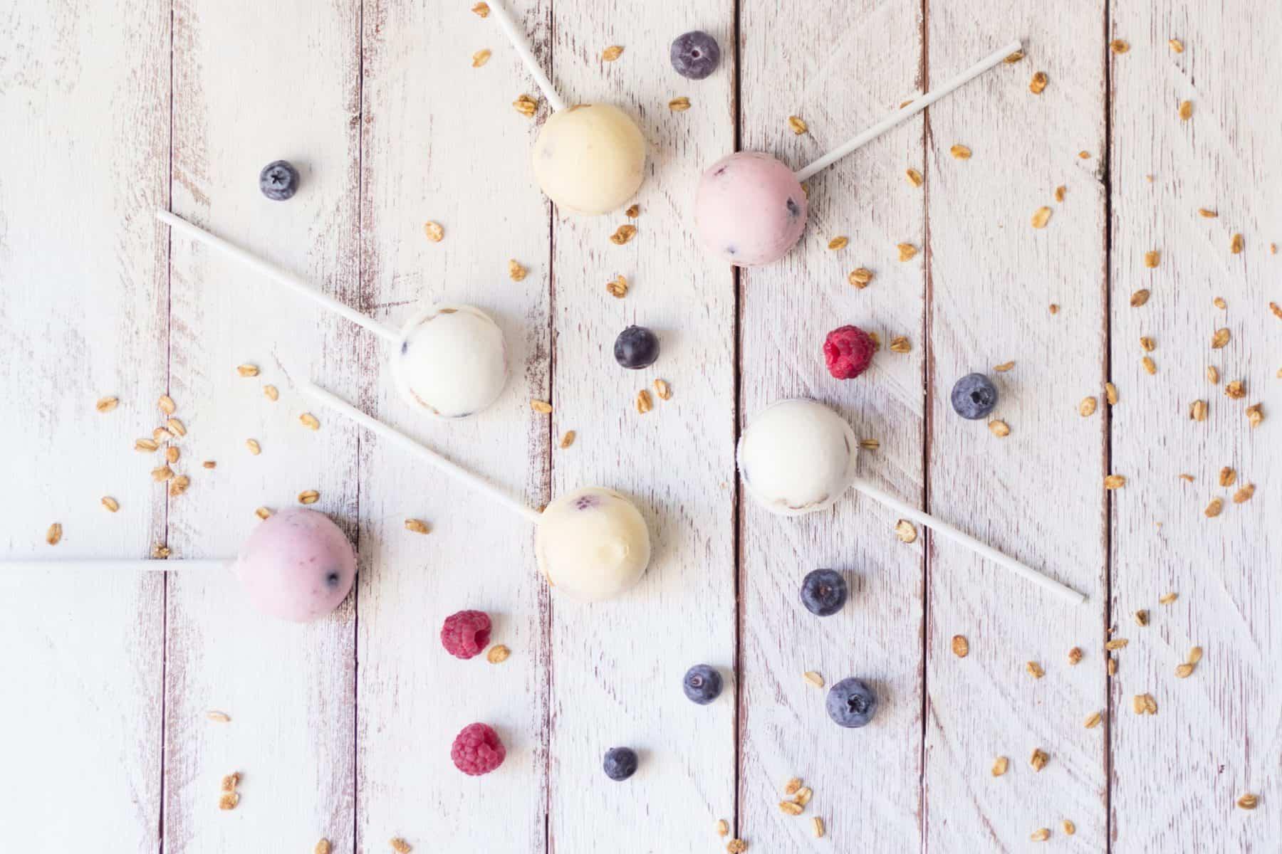 Chupa-chupas de fruta e iogurte