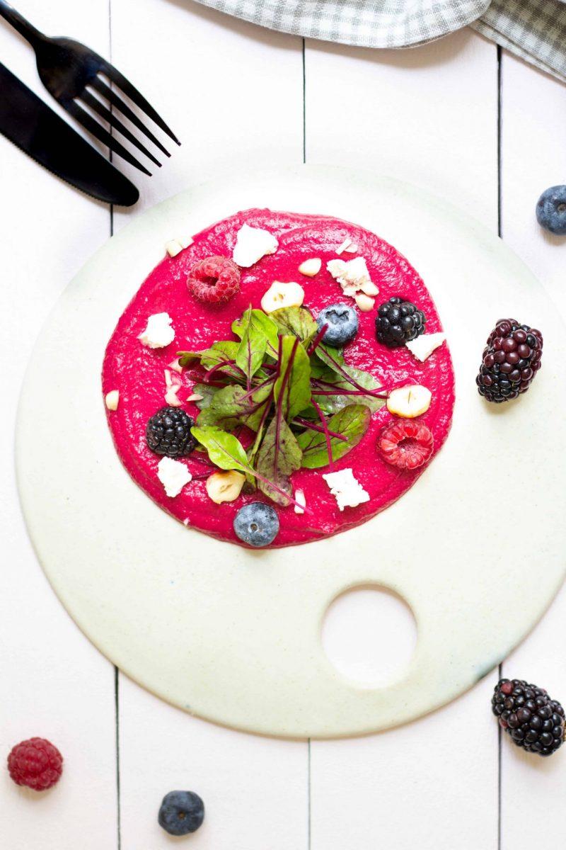 Salada rosa com húmus de beterraba e frutos vermelhos